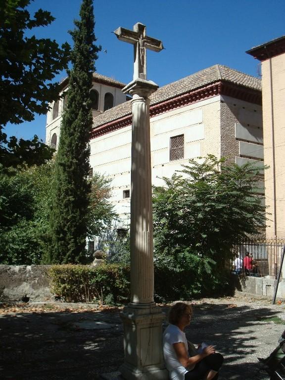 Granada, cruceiro atrio Iglesia S.Pedro y S. Pablo