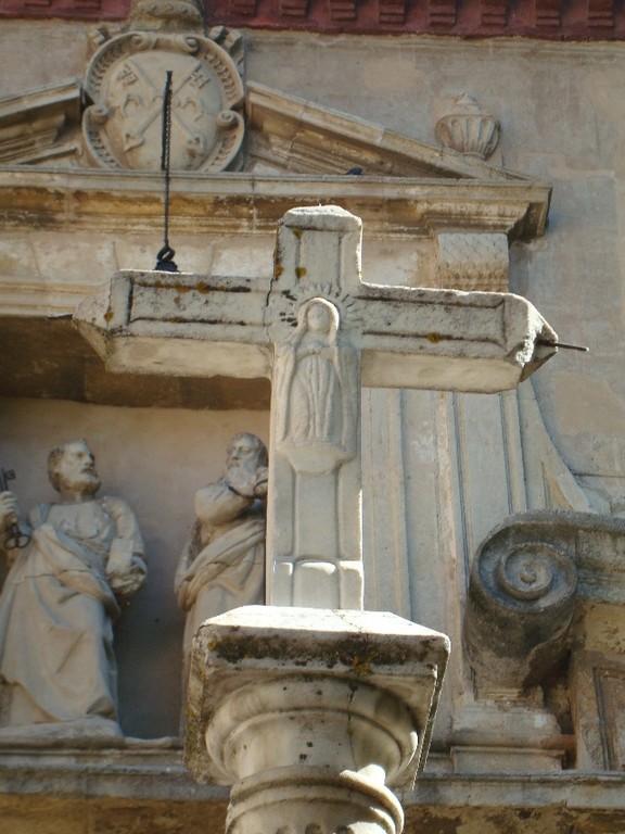 Granada, cruceiro atrio Iglesia S.Pedro y S. Pablo, trasero