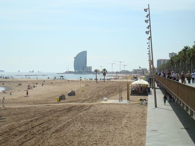Platja Barceloneta al fondo Hotel Vela