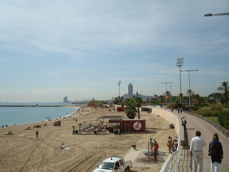 Platja de la Mar Bella hacia La Barceloneta