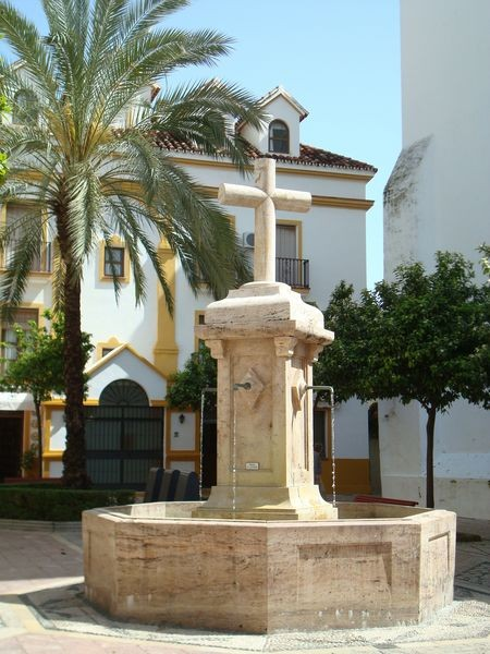 Marbella (Málaga), cruz simple sobre fuente