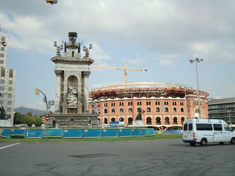 Plaça de Espanya, al fondo Plaça de toros Les Arenes