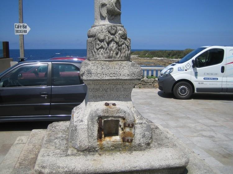 Sta. María de Oia, detalle limosnero en la base del fuste