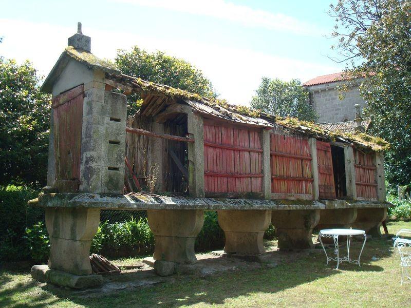 Horreo en Pazo de Sobrán en Vila Xoan, Vilagarcia