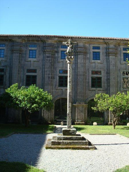 Mosteiro Poio, Cruceiro claustro