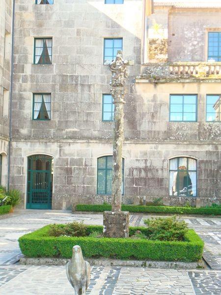 Mosteiro Poio, Cruceiro patio trasero