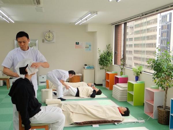 渋谷駅近くでよく効くと人気の整体院の治療の様子