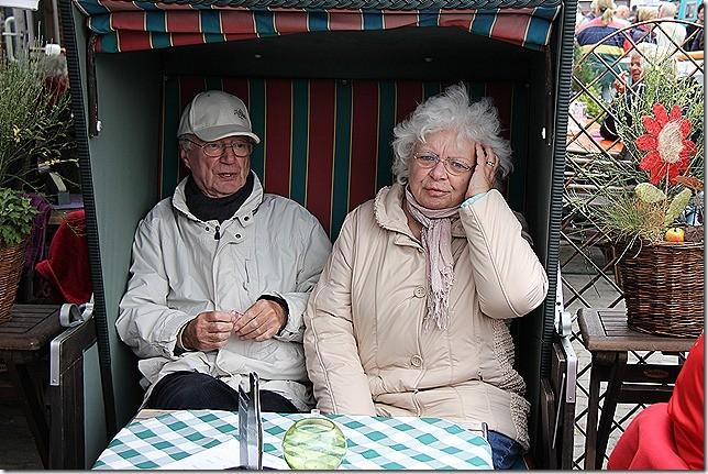 Oma und Opa pausieren im Strandkorb