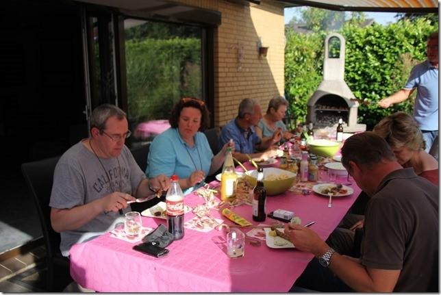 Die Welpenwegnehmer an einem Tisch
