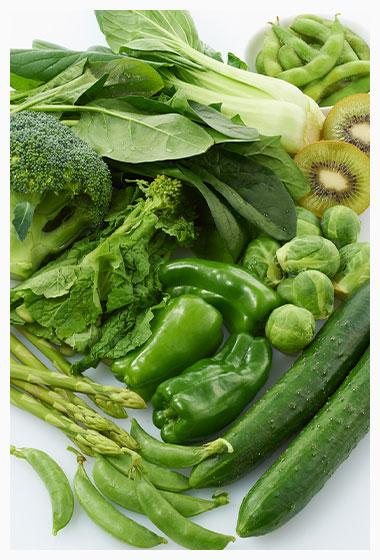 緑の食材(野菜、果物など  小松菜、ニラ、ピーマン、キウイ、ホウレン草、ブロッコリー、高菜、絹サヤ、クレ ソン、パセリ、キャベツ、アサツキ、レタス、アスパラなど。)