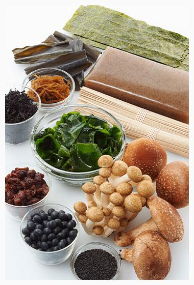 黒の食材(海藻、きのこ、黒豆など  黒ゴマ、ワカメ、昆布、黒コンニャク、シイタケ、シメジ、ヒジキ、キクラゲ、黒オリーブ、そば、のり、レーズン、ブルーベリー、黒豆など。)