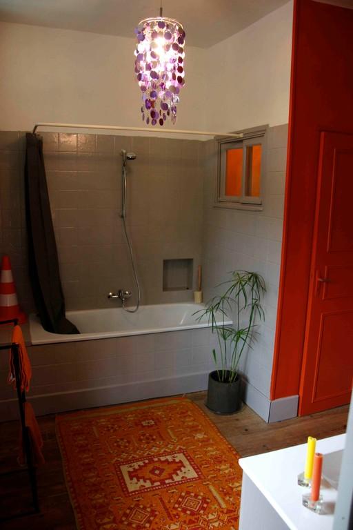 sa salle de bain et son petit coin d'aisance séparé !