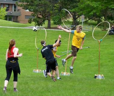 Jóvenes practicando quidditch
