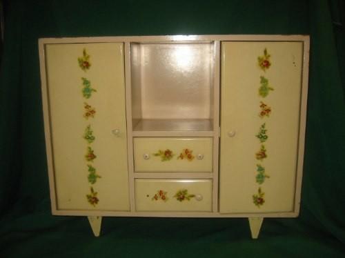 Uno de los muebles de Marilú. Debajo: Marilú argentina de la década del 40