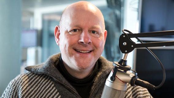 Während eines Radio-Interviews für NDR 1 Welle Nord (11. März 2016, Foto: NDR)