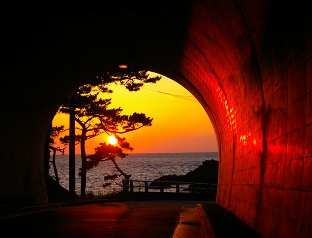 錆崎トンネルの夕日│4月の初め頃トンネルのほぼ中央に沈む夕日を見ることが出来ます。