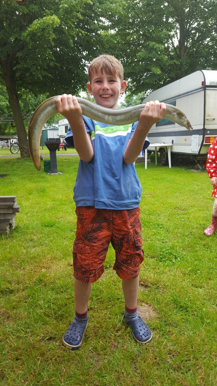 Tom mit dem Größten Fisch vom Jugendangeln.