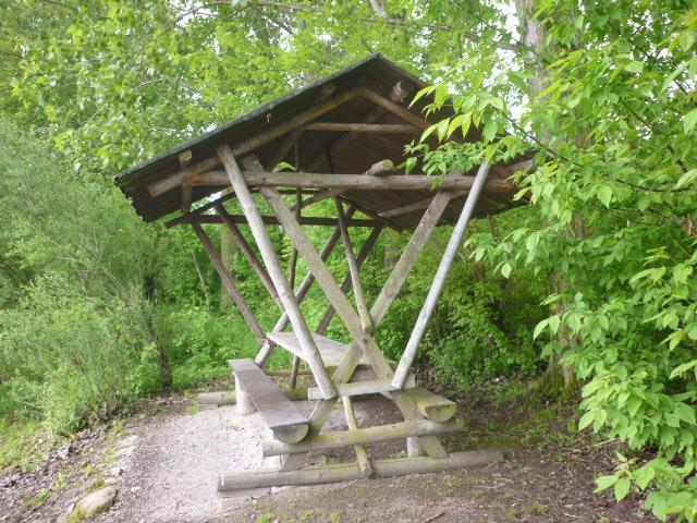 Offne Waldbaude unterhalb der Schlittenbahn.