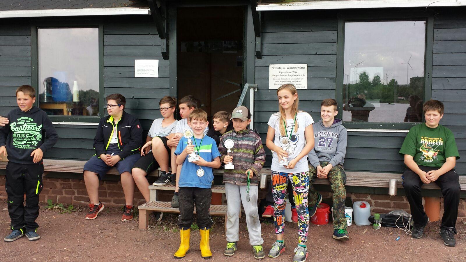 Die kleinen der Jugendgruppe mit ihren Pokalen nach dem Hegefischen.