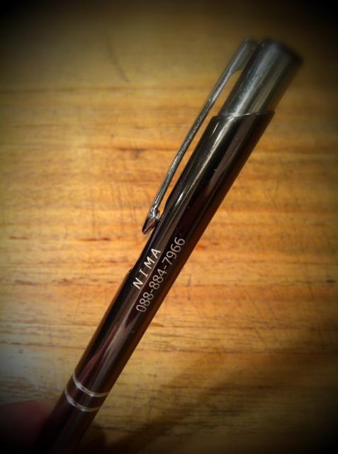 店のフロントで書き物してて、鉛筆立てにたくさん入ってるボールペンの中から無意識に取り出したボールペンを見て、、! うちの店名と電話番号がプリントされてるし! 初めて見たんだけど?! なんなんこれ??? 奥さんに「どうしたんこれ!?」って聞くも知らないっていうし、、、誰が作ったんやろ? *超書きやすいし一軍に昇格♪