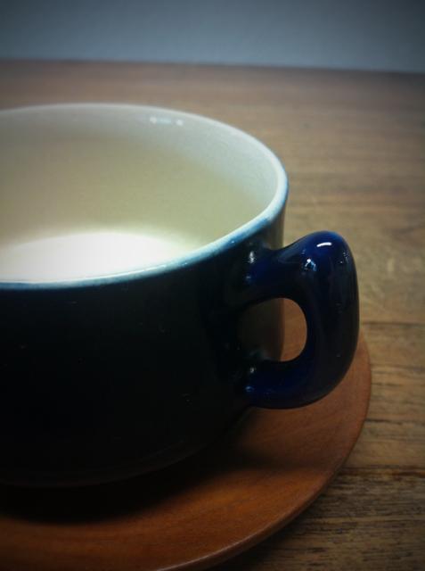 最後に雑貨なネタを入れておきたかったんで、、、 でもネタにするほどのモノじゃないけどw 無名のコーヒーカップですけどいい雰囲気出しちゃってます♪ 70年頃のデッドですが濃い藍色が綺麗なカップです♪でソーサはウッド♪ 北欧っぽいけど日本っぽくもあるな~、、、、? とりあえずお気に入りってことで♪