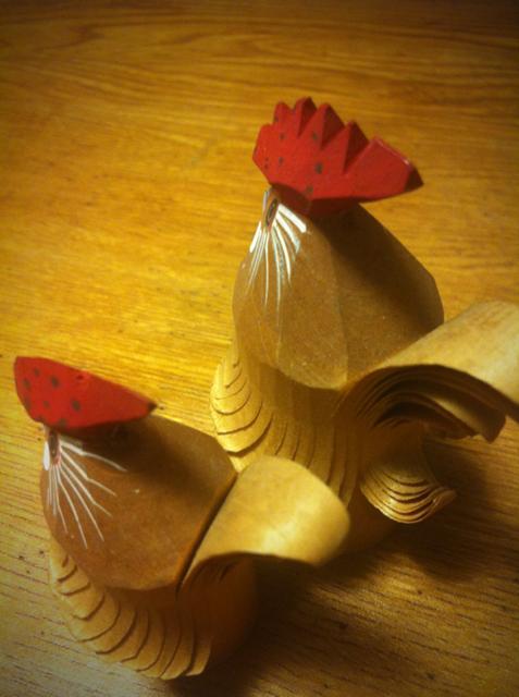 トサカの大きな方が雄で小さい方が雌、、これも山形の民芸品です。
