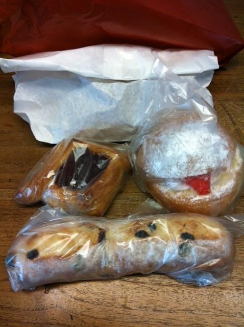 いろんなパンを頂いた!ソーセージの入ったパンもあったはずだけど、、、、哲平?、、、たぶんヤツの胃袋に、、でコレは今朝の朝食となりました♪  野崎さんいつもありがとうございます。