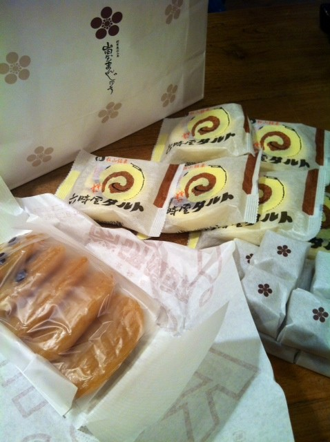 """続いてる頂き物ネタですが、昨日、松山の「山田屋まんじゅう」って和菓子の老舗のお菓子を頂きました。 で、ここのまんじゅうが品のいい甘さでまいう~なんですよね♪ タルトはまだ食べてないけど食べるの楽しみ♪♪ 左の餅っぽいのは餅じゃなくて、、、なんだろ?初めて食べる食感だったけど、、しっかりした""""ういろう""""って感じと言うか、、、? なんて言っていいか分かんないけど、まいう~なのは確か! 片岡さんいつもありがとうございます。"""