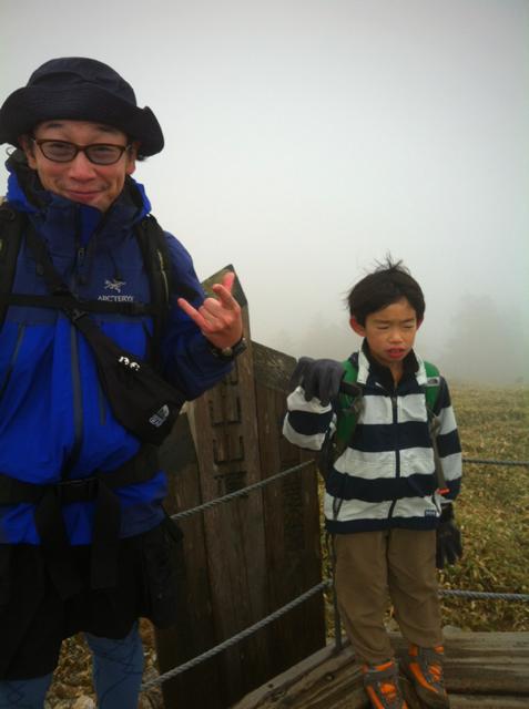 剣山に到着。相変わらずの強風で哲平笑顔でず、。