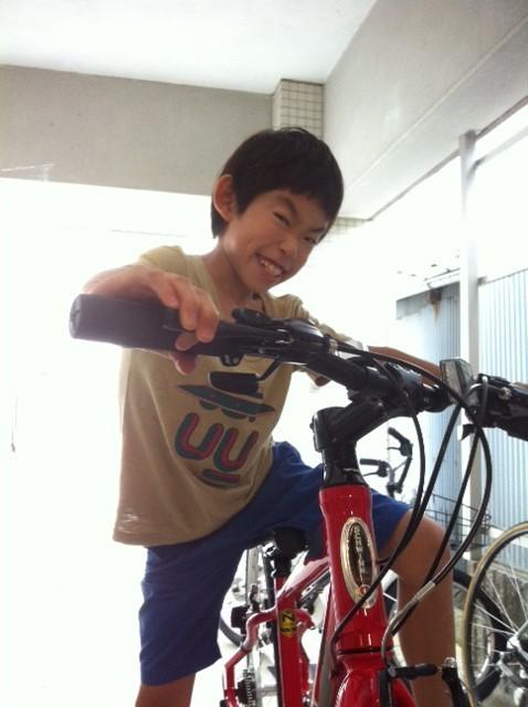 1/2成人歳? 10歳ってことですね、。 早いもんでもう10歳、、あと10年で成人ですもんね~、、、 で誕生日プレゼントは念願の自転車! 今まで乗ってたのは幼稚園の年中さんの時に買った時のなんで相当小さかったんですよwww  で中三までは乗ってもらう予定でプレゼントしたのがシュウィンのクロスバイク! サイズは大人用のS、、哲平にはまだ大きいけど、スローピングなんでサドル下げたらまあイケるかと、。