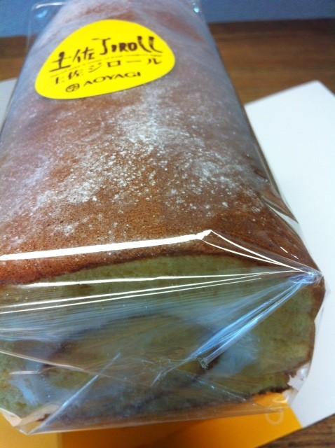 """青柳のロールケーキ、、一見""""青柳""""ってメジャー過ぎてどうなんかな?と言うかお土産感強すぎて、、でも有名店のロールケーキよかだいぶ好み♪ふわふわで超美味いんですけど♪ 米花さんありがとうございました。"""