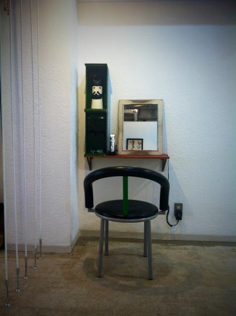 この椅子どうですか? この手のモノは好みが分かれるとこだと思いますけど、今が超~~旬なポストモダンですねw この席は、セット面として使ってる訳じゃないんで取りあえず持ってるスツール置いてて、気に入ったモノが見つかればその時にでもと、、、、 でや~~~っといいのが見つかった! うちの店だとインダストリアル系なんかがどハマりするんだろうけど、そんな直球ではなく変化球でビシッとくるやつを探してたらコイツに出会っちゃいました♡