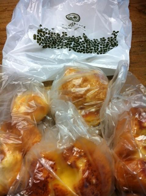 お初な所のパンをいただいた! 超うまかったです! 野崎さんいつもありがとうございます。    *いつも皆さんによくしていただき感謝です! 今年も残り少なくなってきましたがハリキッテいい仕事していきたいとおもいます!