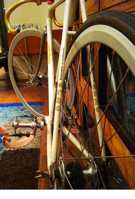 次に、バラして可動部のグリスアップと微調整、。                                     この自転車を手にして8年になるけど飽きない!(カッコイイ)デカールの入り方やパーツ類に至るまで完璧なんです。 (笑)