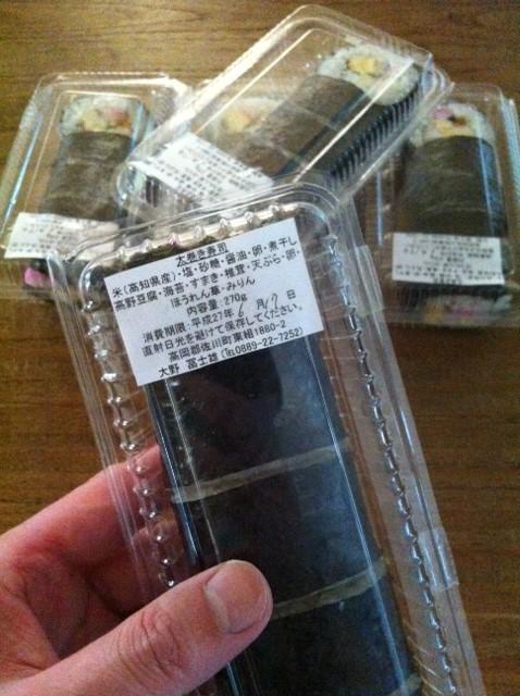 大量の巻き寿司! 3人家族なんですけど~、。  で、だいたいいつもこんな感じの量ですよね!w 超美味いし感謝です♪ 長谷川さんいつもありがとうございます。