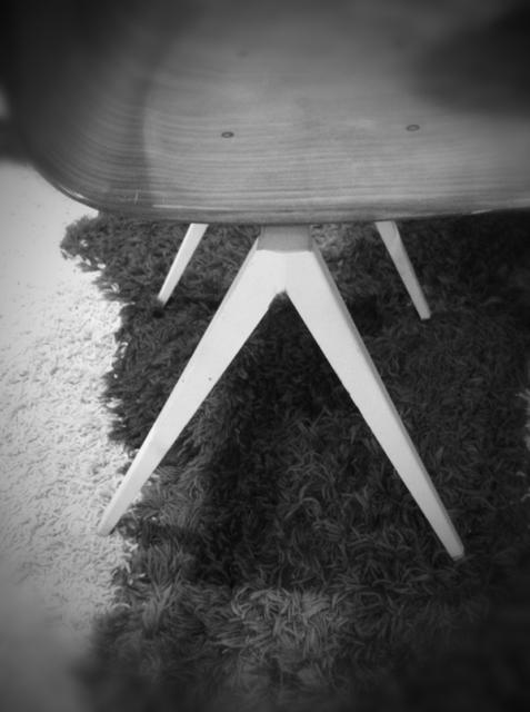 60年代のオランダ製チェアです。 見て分かるとう脚にプルーヴェの影響が、、、、でも座面がその系のパクリでもないんでアリなんです♪ コピー商品は嫌いだけど、この手のB級ぽいのは良いんです♪ むしろ大道よかカッコよかったり、。