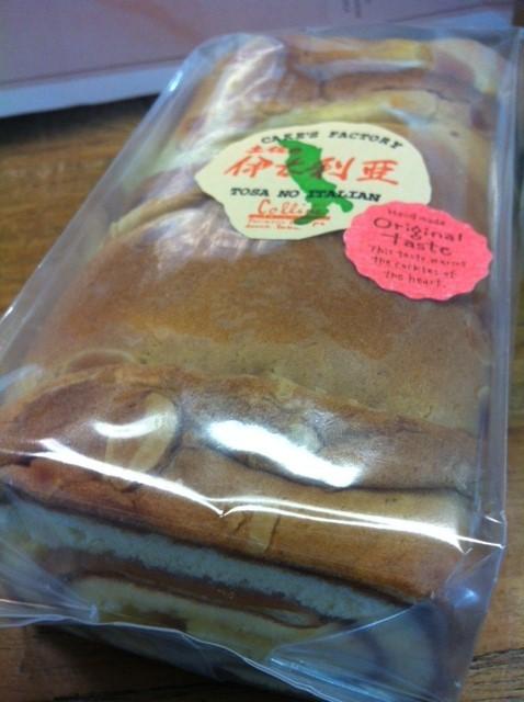 ロールケーキを頂いた、、昭和のロールケーキの味!懐かしいわ~♪ イタリアもこの手の味のロールケーキあんのかな?  中井さんありがとうございました。
