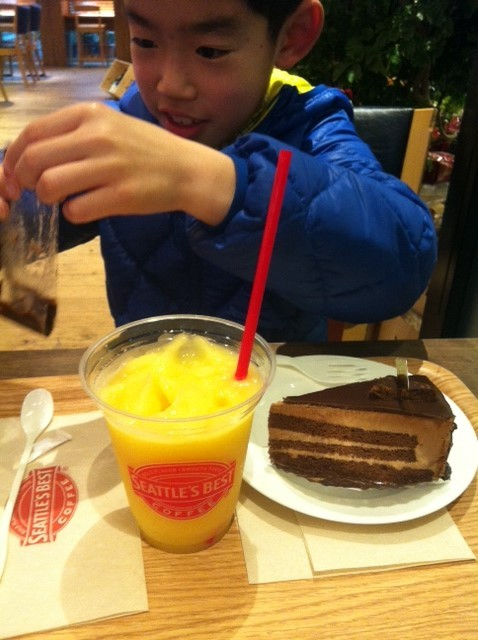 で街ブラした後はコーヒータイムで、、、 哲平はフローズンマンゴー&チョコケーキ♪
