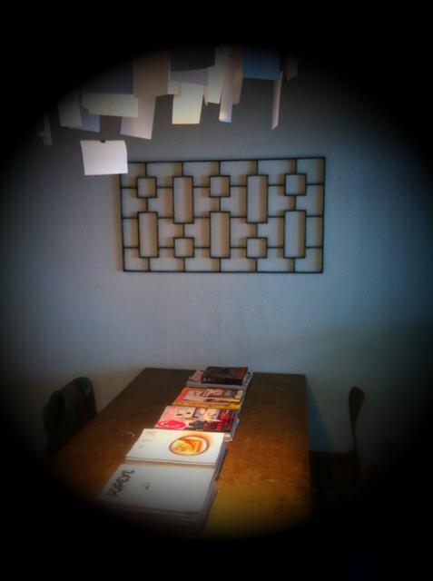 テーブル横の壁に、。