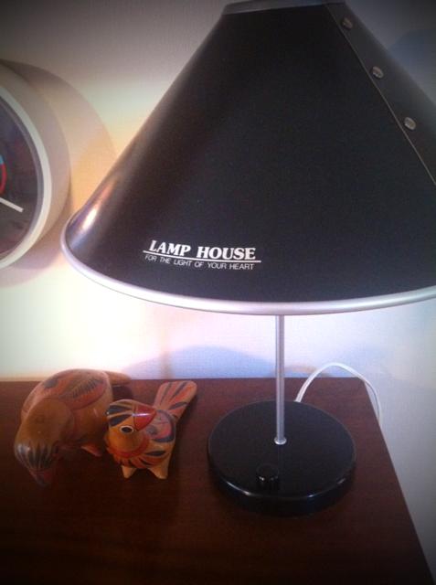 黒でスッキリしたデザイン、、シェードをリベット留めしてますがそれもデザインの一部になっているように見えます。でシェードに書かれた「LAMP HOUSE]の書体がポップで◎♪ ナショナルの70年代製、、デッドで見つけましたが500円也。