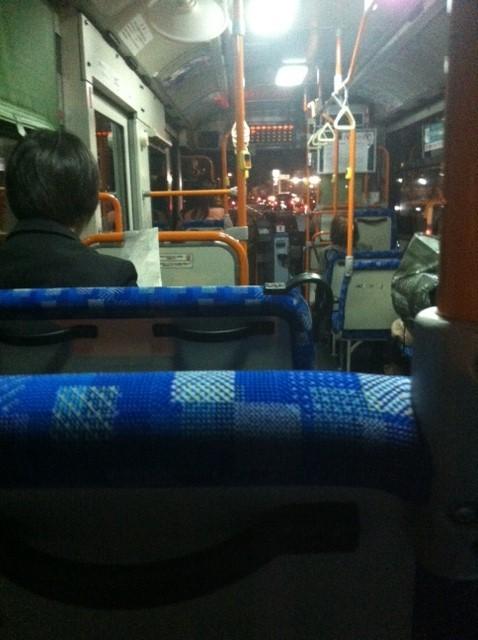 20年ぶりくらいでのバス乗車、、意外と悪くないね~w ただ都会と違って運賃が高いな~、。 *無意識に最後尾に座ってしまうのは学生時のなごりかな?w