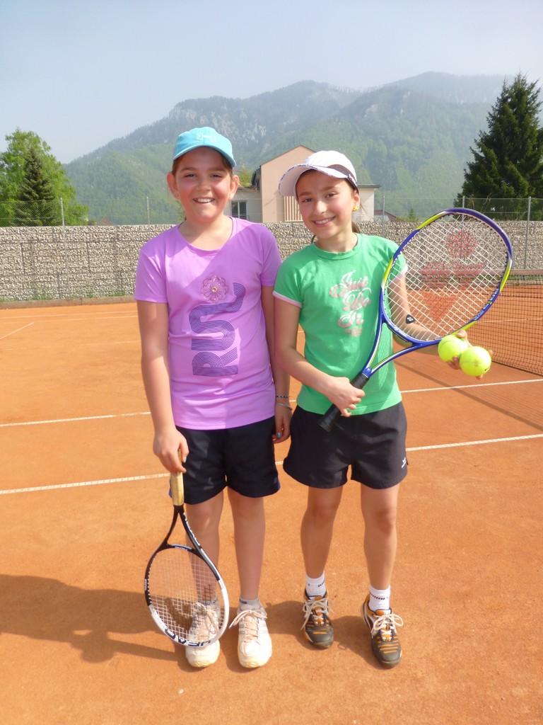 Steffi Aichinger und Alina Winkler fröhlich und entspannt vor dem Match