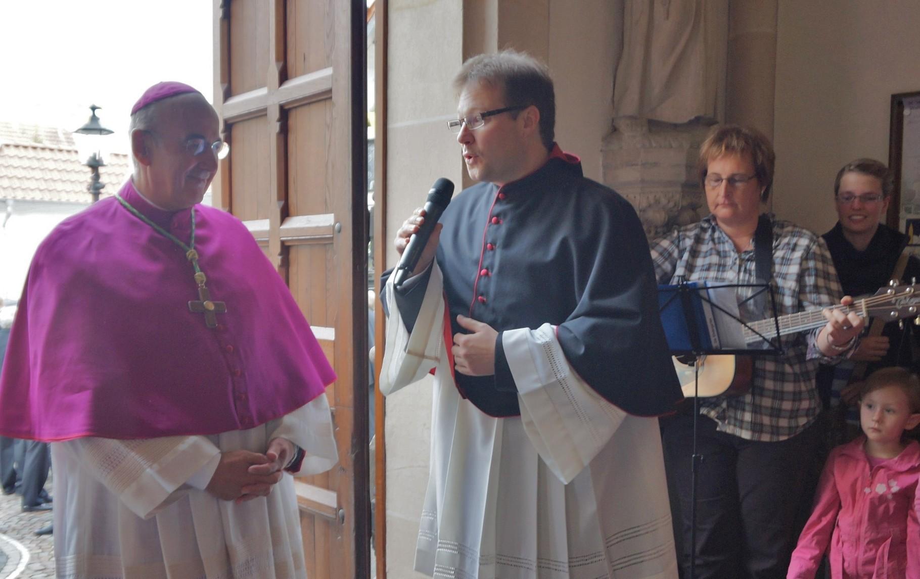 Pastor Kosmann begrüßt Bischof Dr. Felix Genn