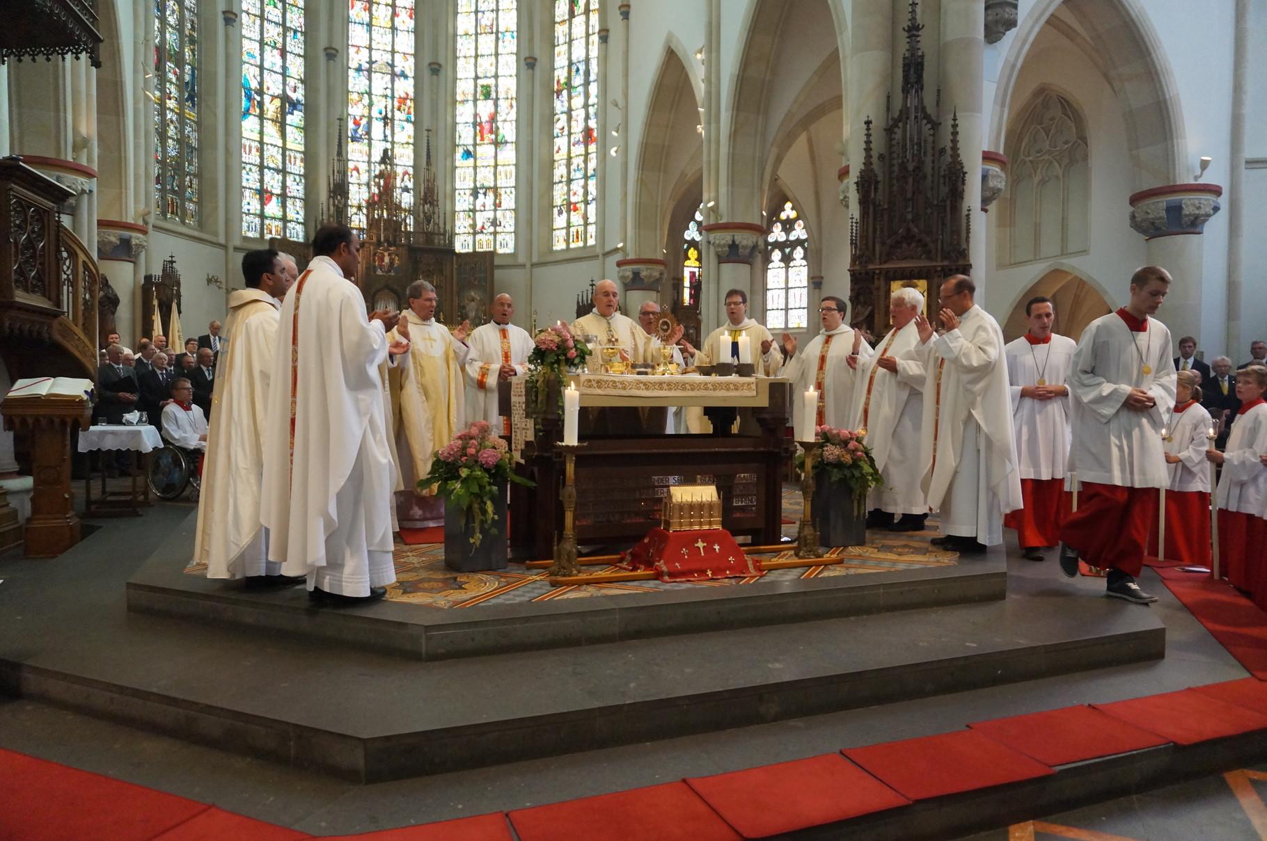 Konzelebranten mit dem Bischof