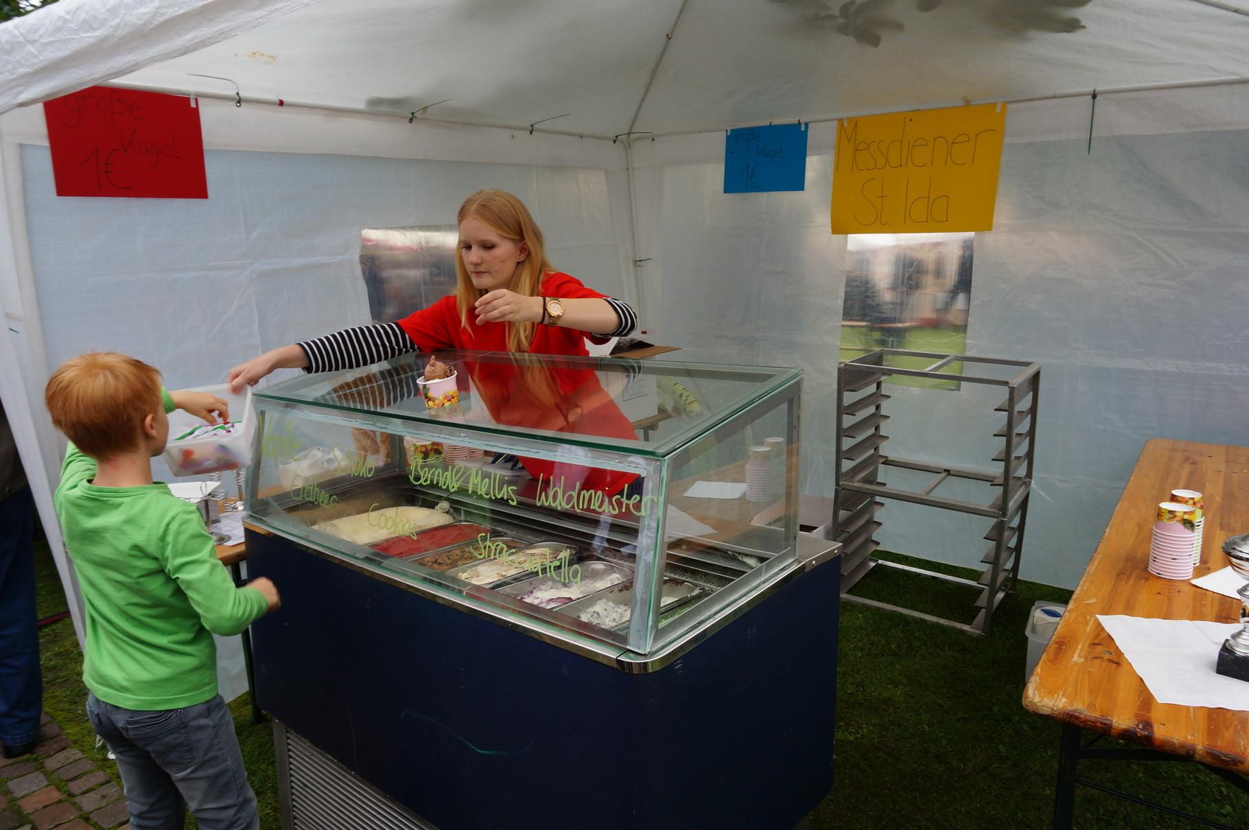 Messdiener verkaufen Eis