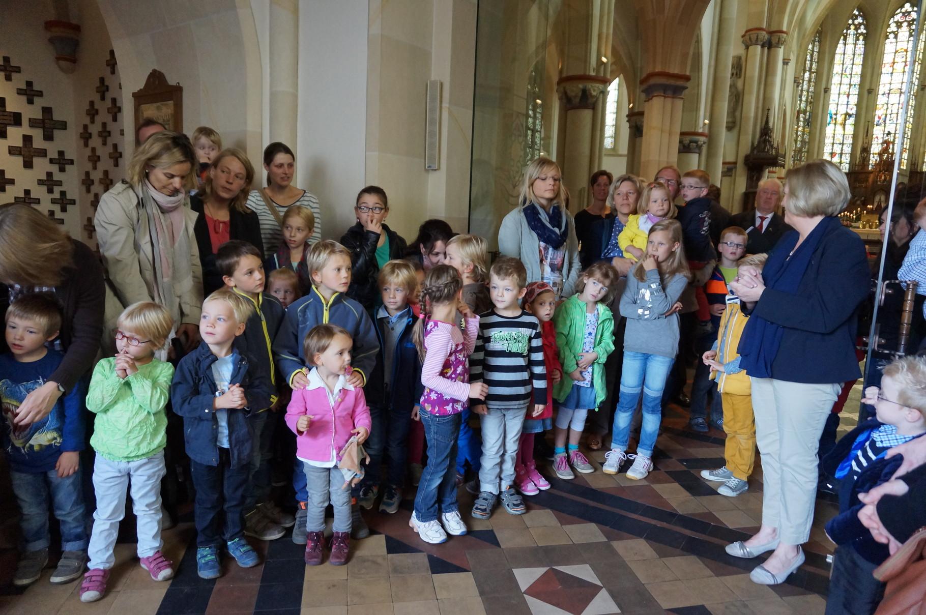 Die Kinder der Kindergärten singen zur Begrüßung