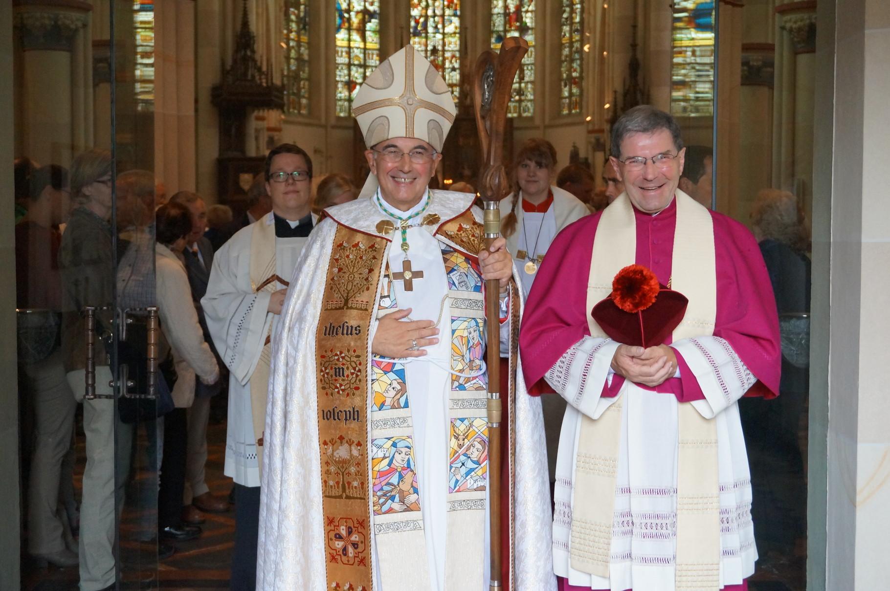 Auszug - Bischof Dr. Felix Genn mit Domkapitular Dr. Gerhard Best