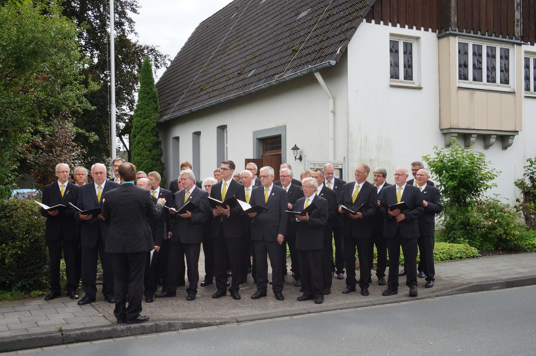 MGV Herzfeld-Hovestadt vor der Ev. Dankeskapelle