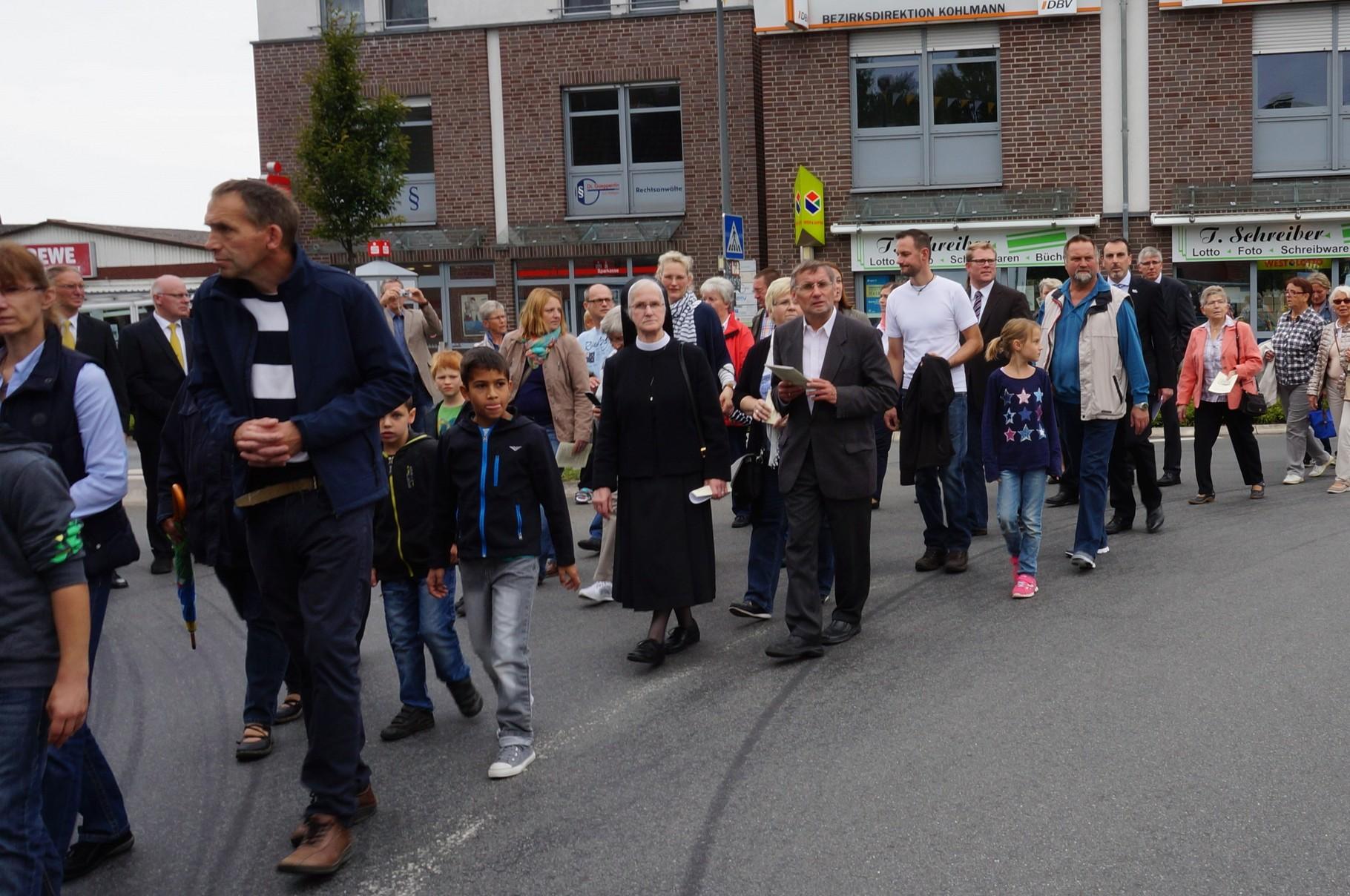 Prozession der Gläubigen vorbei an den Reliquien
