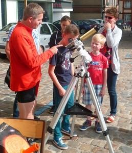 Nicolas assurant l'observation avec une lunette spéciale soleil (coronado)